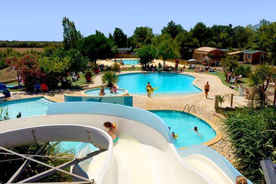 En Méditerranée, à 9km des plages de sable, Le Camping Fleur de Camargue, vous propose des locations de mobil homes.  Le camping dispose d'un centre aquatique avec 2 piscines extérieures chauffées, 1 pataugeoire avec toboggans enfants, et 5 toboggans  ! Nouvelle piscine !