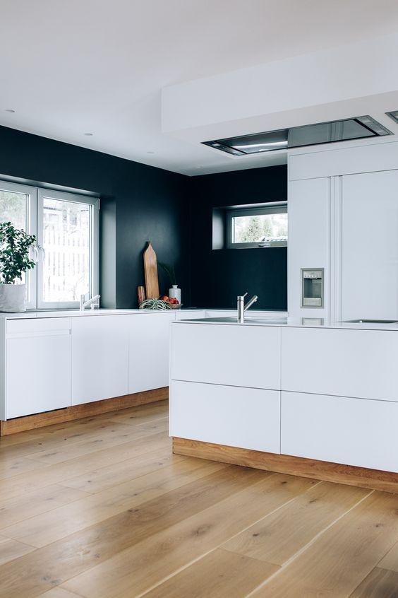 Kjøkkenet har en kjøkkenøy med vask og kokeplater. det er skuffer ...