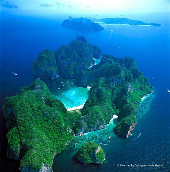 """Bahía Maya Bay. Ubicada en la isla phi phi en Thailandia. Famosa porque allí se grabó """"the beach"""". Las actividades frecuentes son snorkeling, sky diving y camping. Millones de turistas van y el ingreso es por ferry. Thailandia se encuentra en el continente asiático, en una península."""
