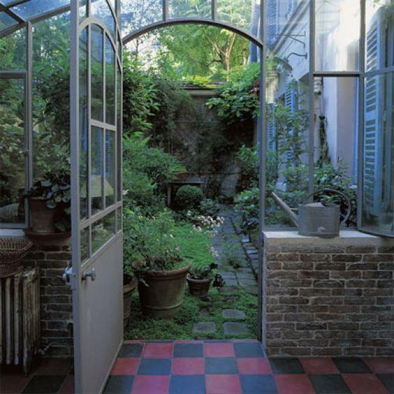 <p>Les créateurs des sacs et accessoires Jack Gomme, Paul Droulers et Sophie Rénier ont installé leur maison-atelier dans une ancienne boutonnerie du XIXe arrondissement. Pour s'...