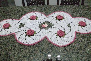 Sandra Roque Artesanatos: Trilho de mesa espiral branco e rosa