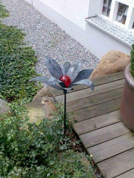 Glasblumen aus patiniertem Kupfer und einer roten Glaskugel