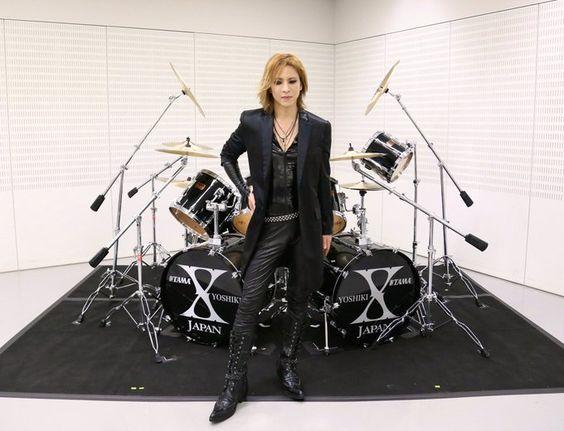 全身黒い衣装を着てドラムセットの前に立っているXJAPAN・YOSHIKIの画像