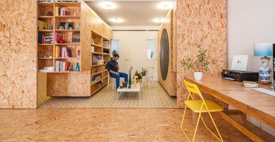 Giocare con i piccoli spazi. La proprietaria di casa lavora spesso da casa dove riceve clienti e colleghi. La grande lavagna a forma di cerchio è perfetta per una seduta di brainstorming.