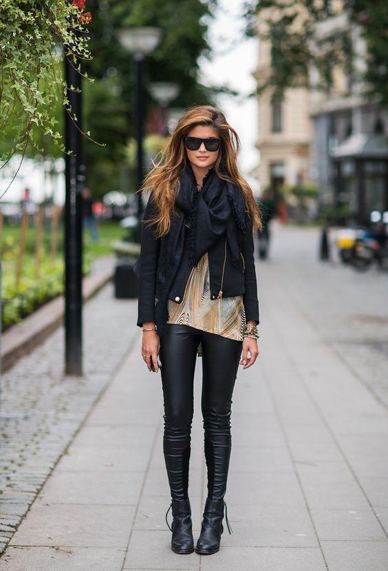 #Outfit chic con #Leggings in similpelle, maglia asimmetrica sabbia, ankle boots e giacca in pelle sagomata, arricchiti da maxi sciarpa e occhiali da sole.