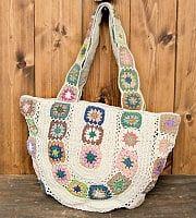 初めて、ティラキタさんの商品を購入しました。花の刺繍も、とても綺麗で素敵なショルダーバッグです。色味も落ち着いてる色味ですが、バック全体は花の刺繍で…ショルダーバッグ カバン バッグ 刺繍