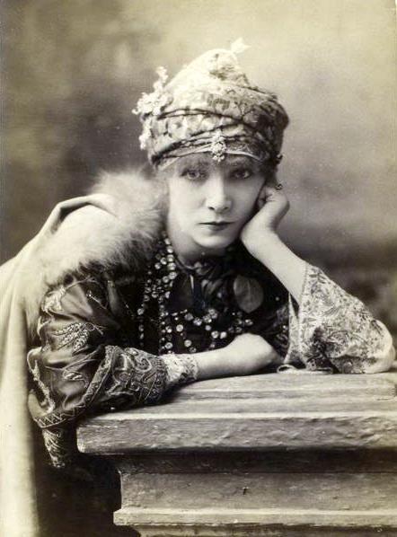 Sarah Bernhardt, grande actrice française née en 1844 et dont la carrière, aussi insolite qu'intense, mérite une attention particulière. Lors de ses fréquentes visites au Québec, la tragédienne aurait entretenu des relations avec les frères Nordheimer, grands admirateurs de son talent. Venez en apprendre plus sur cette femme extraordinaire!