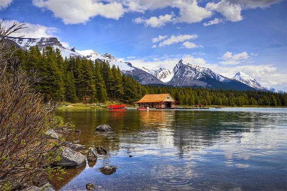 Mirando al mundo con sentimientos: El bello Lago Maligne con la isla Spirit - Canadá