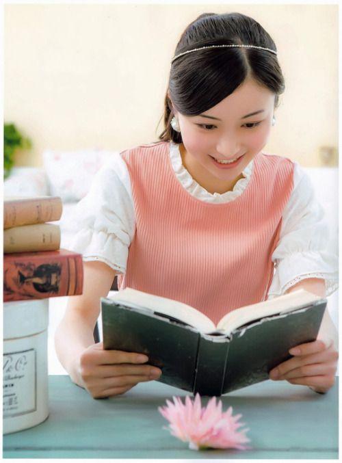 読書をする佐々木琴子