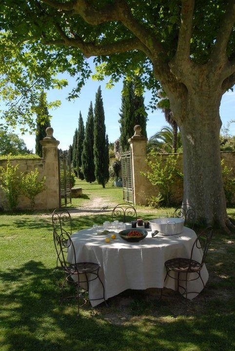Jardín* secreto. el mejor jardín es el que tiene una mesa y sillas a la sombra de un árbol.: