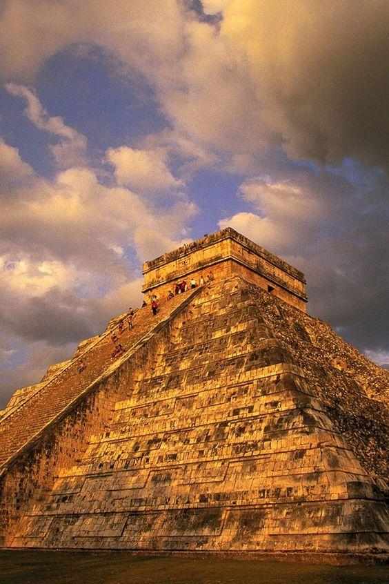 este edificio se llama una pirámide. esta se encuentra en Chichén . Esta es la ciudad de México . la gente viene aquí a caminar a través de ella . este es un antiguo templo .