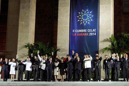 """Los líderes de la Comunidad de Estados Latinoamericanos y Caribeños condenan el aislamiento de Cuba y la pobreza. El exilio cubano lo califica un """"acto bochornoso de complicidad"""": hubo homenaje a Hugo Chávez pero no debate sobre derechos humanos."""