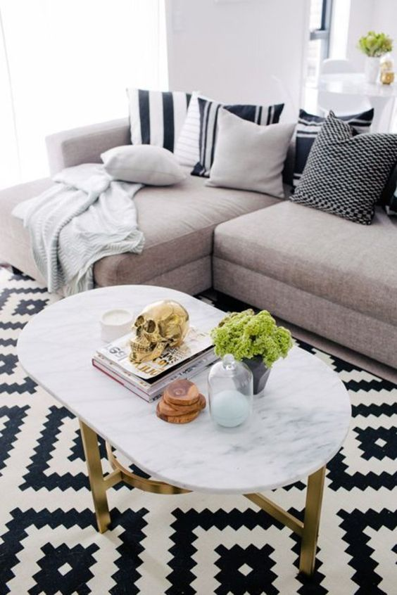 un joli salon avec tapis de salon de couleur blanc et noir