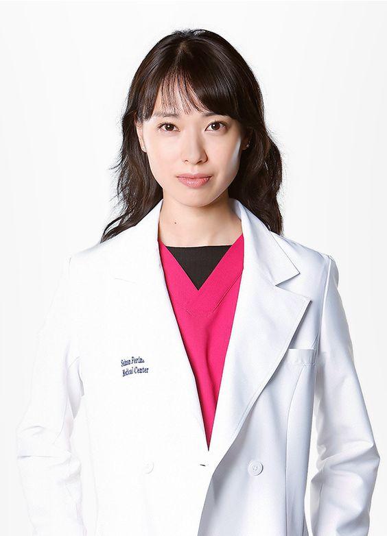 白衣の戸田恵梨香さん