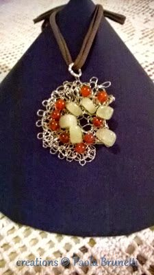 creations with metal wire crochet Paola Brunetti: Ciondolo con corniola e giada