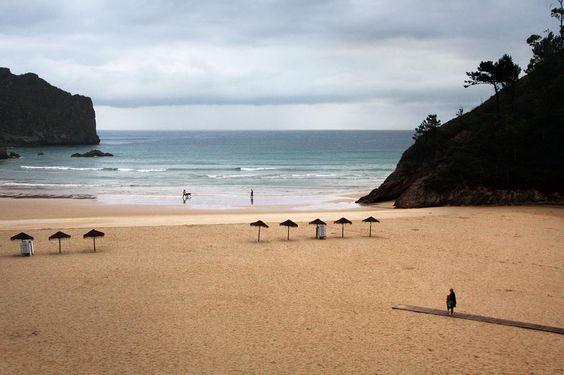 VApontamentos fotográficos em La Franca - Ribadedeva - Espanha, praia abrigada por montanhas. Dispõe de amplo areal e possui hotel e parque de campismo