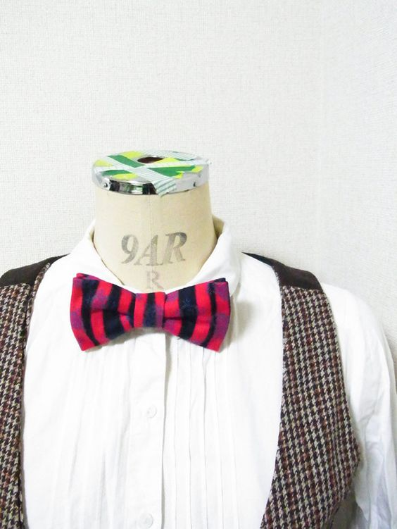 もしかすると年上かもしれないアンティーク生地で蝶ネクタイをつくりました。生地自体に大した使用感はありません。赤×黒の太さバラバラボーダーに青いプリ... ハンドメイド、手作り、手仕事品の通販・販売・購入ならCreema。