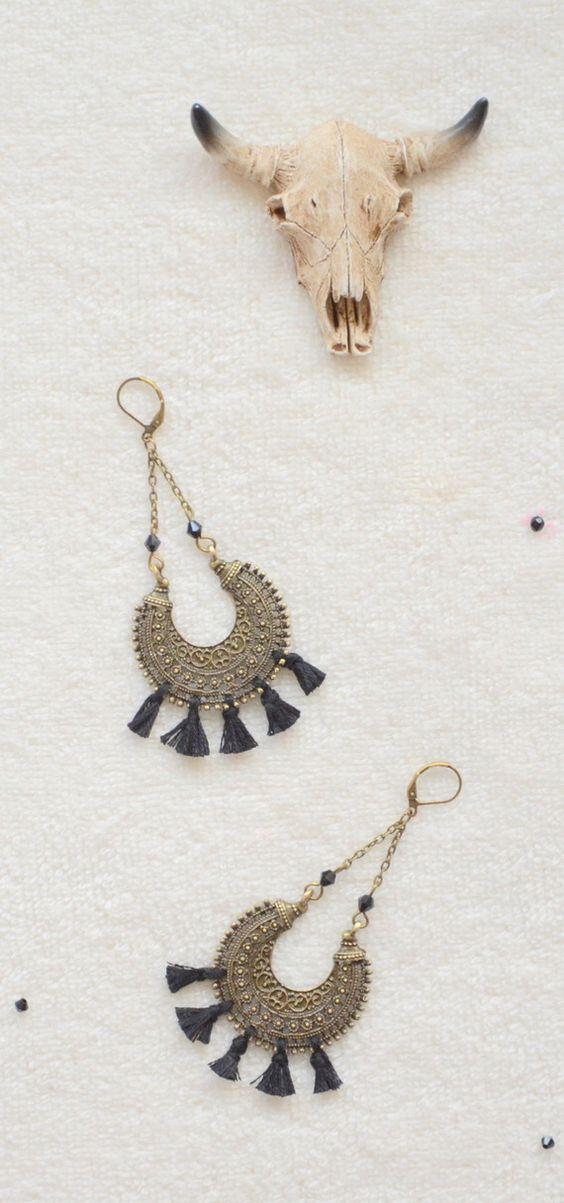 Boucles d'oreilles noires et bronzes bohèmes chic, bijoux bohème chic et hippie chic, bijou tribale et bobo chic en pompons noires