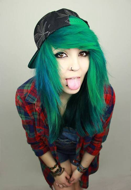 Scene Girl Fashion Tip Nº10: Scene Teen with Green Dyed Hair wearing a Plaid shirt - http://ninjacosmico.com/22-style-tips-scene-girl/
