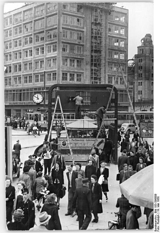 1950 Am Alexanderplatz Wird Der U Bahneingang Zum Deutschlandtreffen Renoviert Berlin Alexanderplatz Berlin Geschichte Geschichte