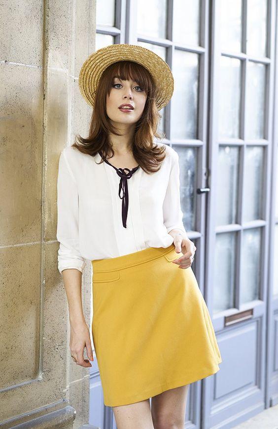 #ComptoirStories by Comptoir des Cotonniers - Louise porte la blouse avec nœud contrastant et la jupe courte esprit 70's.