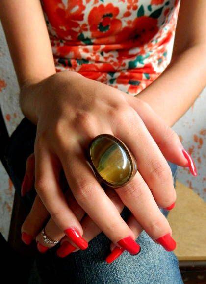 Anel com Fluorita multicolorida.  Pedra oval, com polimento liso. Madeira em tom natural, vazada.   Anéis feitos a mão, a partir de madeiras reaproveitadas.  Todo trabalho da pedra também é feito a mão.    Desenhos coloridos, em tons de verde, amarelo e roxo, naturais da pedra.  TRABALHAMOS COM TODOS OS AROS.  Oferecemos certificado de autenticidade da pedra. Favor solicitar. R$ 159,90