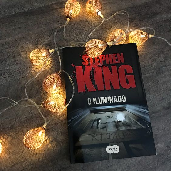 Acabei de ler esse livro agora e já quero contar minha experiência para vocês.. Na minha opinião o autor Stephen King é um dos melhores em terror e suspense e geralmente os livros dele mexem com nossa imaginação.. O iluminado tem um filme também, mas ainda não vi.. Se eu assistir conto para vocês para compararmos o filme e o livro.. O iluminado é mais um livro que mexe com nossa imaginação.. Por ser bem detalhado, faz com que entremos na história.. O livro conta a história de uma família.. Jack
