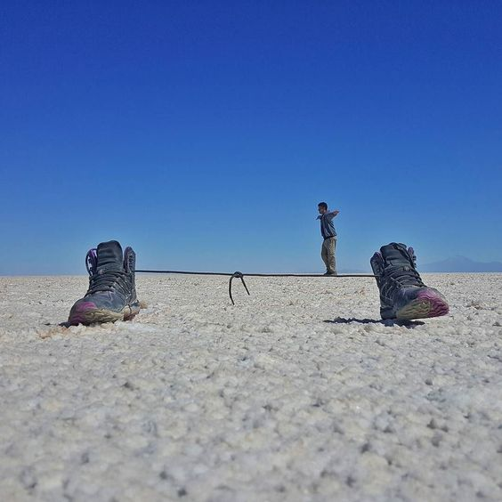 Quem é bom de equilíbrio? O Nerd @heldergr mostrou que tem muito equilíbrio ao andar no cadarço em pleno Salar de Uyuni na Bolívia.  #NerdsNoSalarDeUyuni #NerdsNaBolívia  Já retornamos a San Pedro de Atacama nas ainda vamos publicar muitas fotos do Salar de Uyuni e demais maravilhas que vimos na Bolívia!