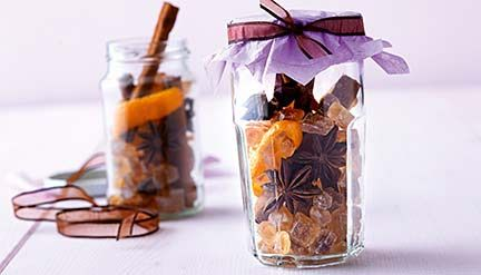 Geschenke aus der Küche  Glühweingewürz: 2 EL Nelken, 3 Sternanis, 3 EL getrocknete Orangenschalen, 50g braunen Kandis und 3 Stangen Zimt in einem Glass. #DIY #gift