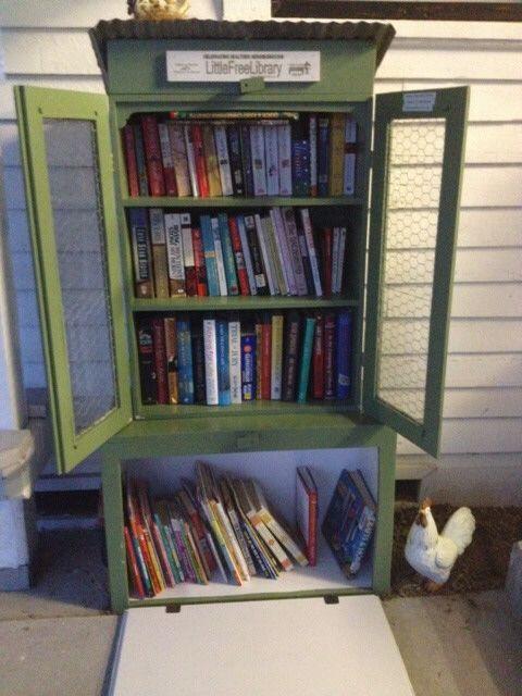 """""""Wir beschlossen, eine Bibliothek, die unsere kleine Gemeinschaft reflektiert zu bauen. Ein Hühnerstall Thema passen perfekt zu uns! Wir haben einen alten Bücherschrank, auf Plexiglas vorderen Türen setzen, montiert auf einem stabilen Karton, fügte ein rostiges Blech Metalldach und es wurde unser Bibliothek. Beleuchtung und Fans machen es komfortabel und bequem für alle Jahreszeiten. """"Margaret Atkins, Winchester, TX"""