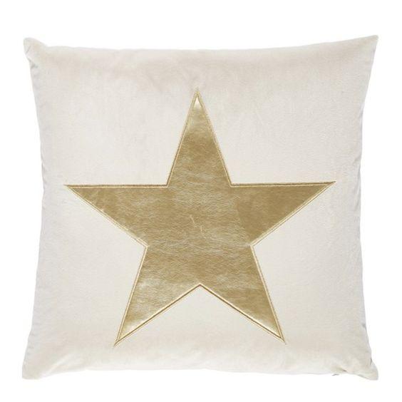Wer schaut sich nicht gern des Nachts die Sterne am Himmel an? Mit Ihrem kuscheligen Zierkissen von <b>NOVEL </b>können Sie dieses Erlebnis nun auch bequem von Zuhause aus erleben. Das Wohnaccessoire besteht zu 100 % aus <b>Polyester </b>und ist mit einer Oberfläche aus <b>Samt </b>versehen. Aufgrund des weichen Materials eignet sich das gemütliche Kissen besonders gut für die Couch oder das Bett. Der Druck des Sterns in <b>Goldfarben </b>kommt auf dem hellen Untergrund besonders gut zur…