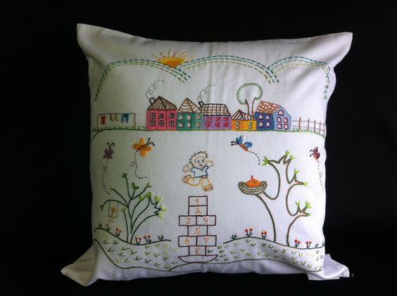 Capa de almofada bordada à mão com temas que remetem a mineiridade, histórias, paisagens, festas populares. Peça única e exclusiva. R$ 100,00