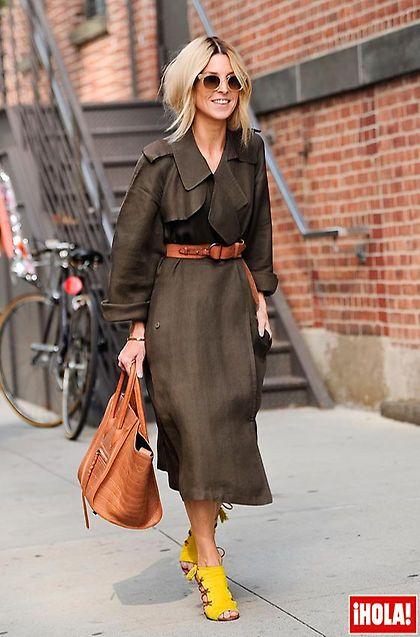 La estilista Adi Heyman acaparó todos los flashes a la salida del desfile de DVF con su soft trench de Lanvin bien asido gracias a la ayuda de un cinturón, bolso, de Céline; y sandalias amarillas, de Aquazzura: