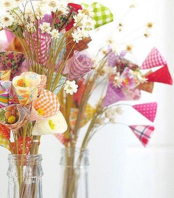 Lindo arranjo com flores de tecido 💛💐 Ótima Inspiração para o final de semana! 😊 #inspiration #inspiração #arranjo #flores #floresdetecido #DIY #façavocêmesmo #tecido Imagem do @celebrarcomestilo