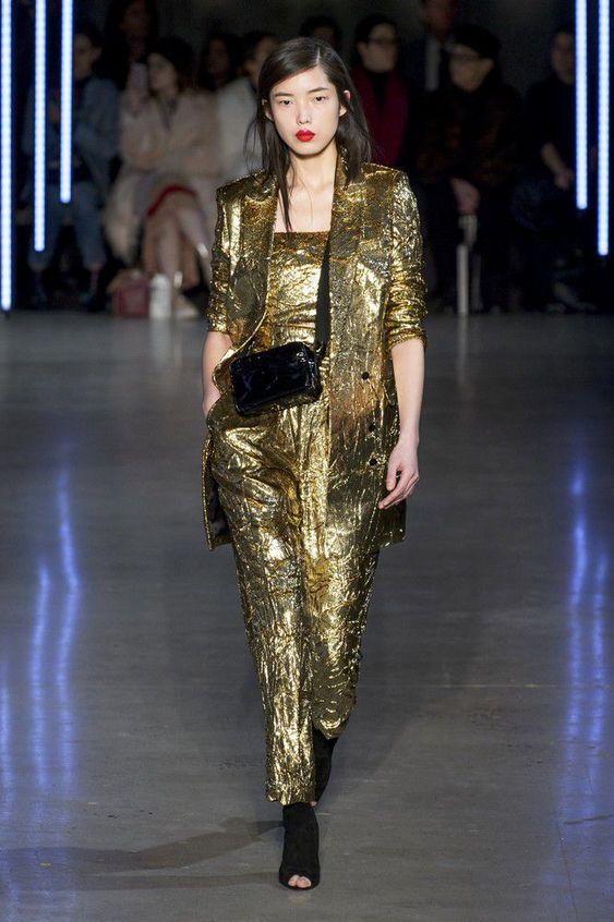 Oro Addiction - Modella in passerella in abito (giacca e tutina) oro