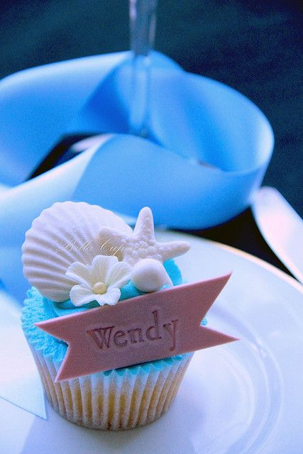 How cool for destination weddings - Sea Shell Cupcake