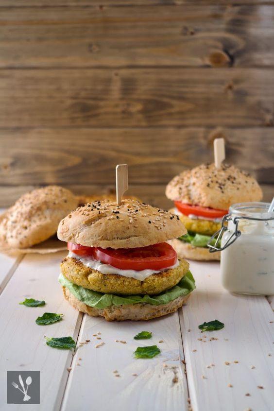 -Burger mit Joghurt-Tahini-Sauce I Chickpea burger with tahini sauce ...
