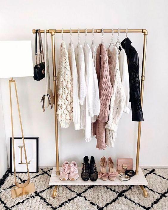 closet pequeño pero ordenado y con paleta de colores definida
