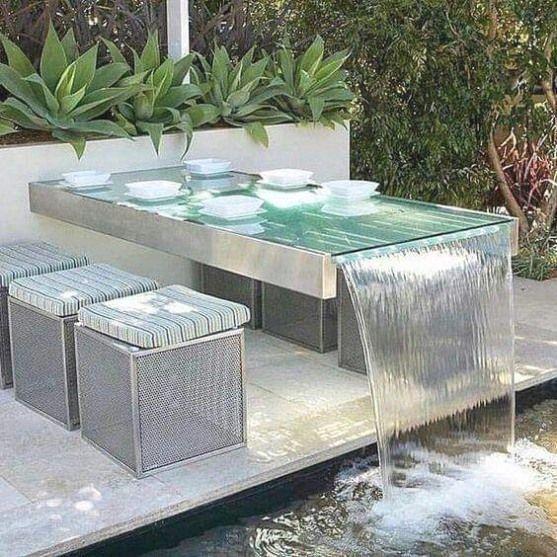Garten Essbereich Mit Dem Glasplatte Tisch Als Wasserspiel In Die Garten Essbereich Mit Dem Glas In 2020 Kleiner Pool Hinterhof Outdoor Dekorationen Glas Tischplatte