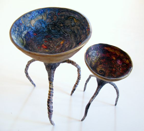 Polymer leggy bowls, top view on white | por Claire Maunsell