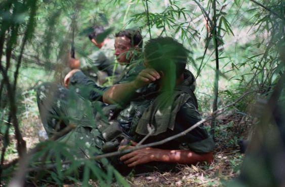 Soldados relaxar sob a capa fina de bambu. Nomes, data e local desconhecido