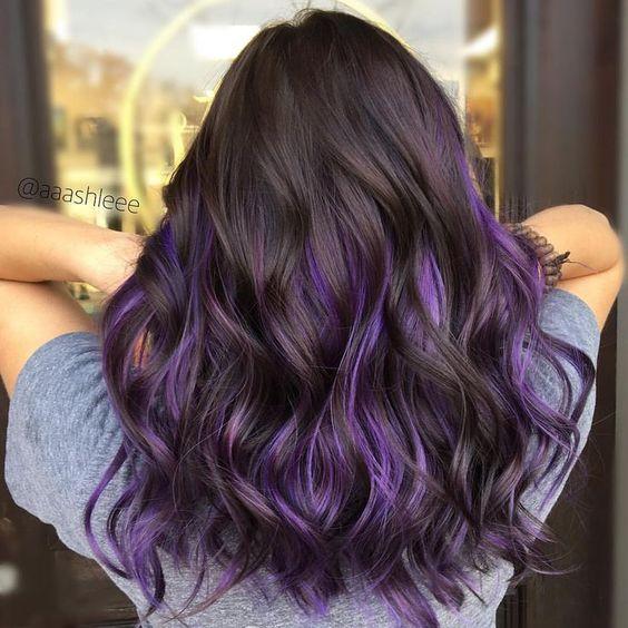 Color de pelo violeta en piel morena