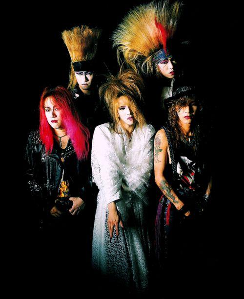 黒い中に浮かび上がっているメンバー5人でのX JAPANの画像