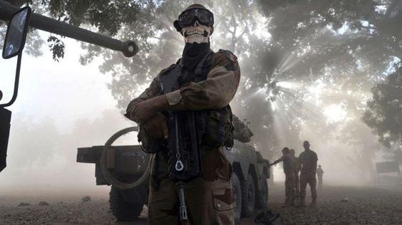 Soldado francés en Mali se saca una foto con una máscara de una calavera