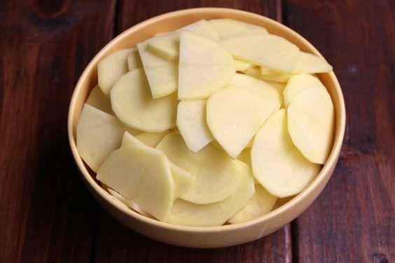 Cortar las papas o patatas en rodajas