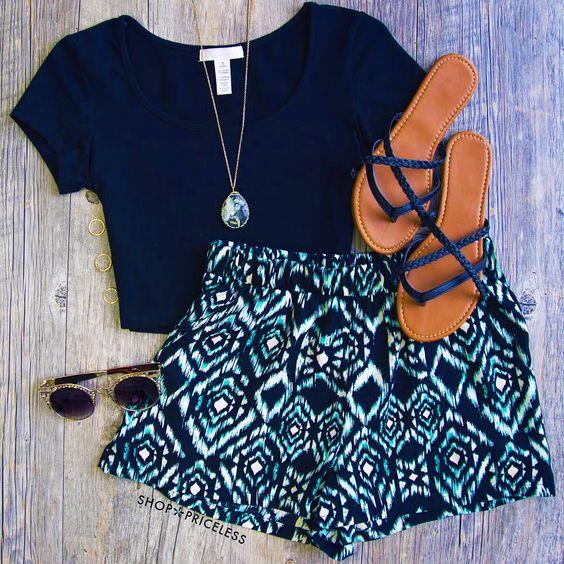 Para el verano. Las sandalias marrónes y azules, la camiseta azul, las gafas de sol negras, los pantalones cortos azules y blancos. Cuestan $72/ 63.36€