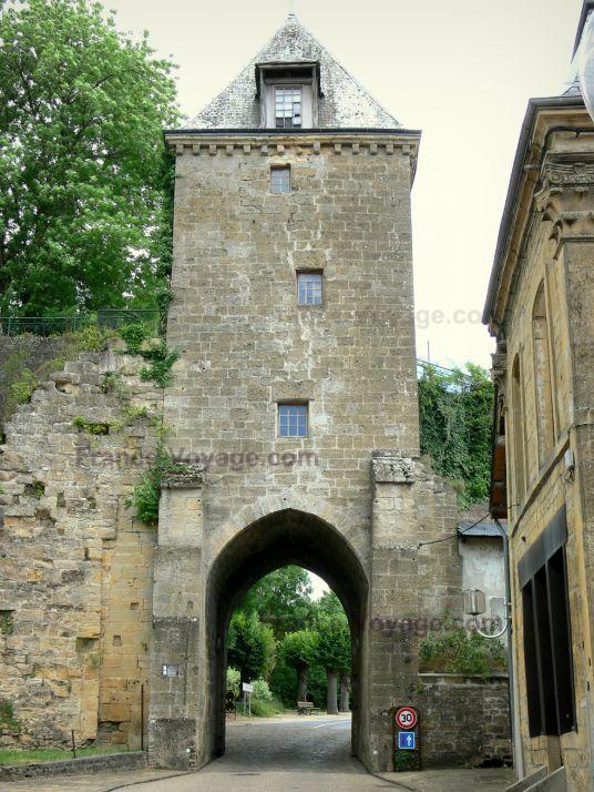 Mouzon: Tour-porte de Bourgogne (vestige des anciennes fortifications) - France-Voyage.com
