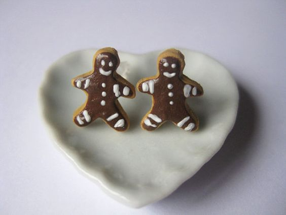 ★Christmas are awaiting in the next corner! Be prepared!★  ● Little handmade butter gingerbread cookies with chocolate topping and little details with white cream, made of polymer clay.  ● Sterling silver studs earrings!  Gingerbread Dimensions aprox: 1,1cm x 1,2cm