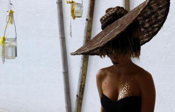 Una modella con addosso un tatuaggio temporaneo fatto con placche d'oro a 24 carati alla #Milano Fashion week #moda