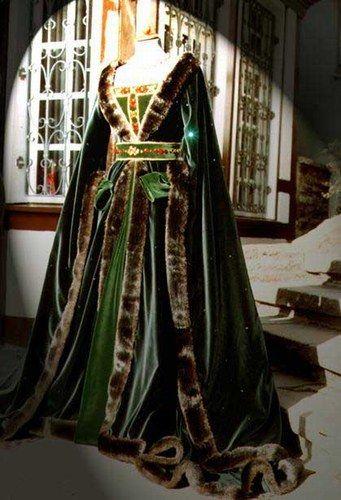 Maureen et Eileen : Houppelande verte brodée de motifs celtiques.   What a magnificent costume!